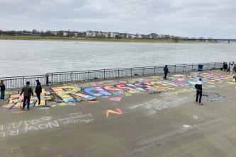 Hashtag #RassismusTötet an der Rheinuferpromenade am internationalen Tag gegen Rassismus